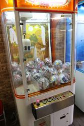 中古タイヤ市場 相模原店自販機コーナーのレトロなアーケードゲーム機クレーンゲーム