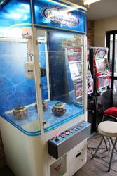 中古タイヤ市場 相模原店自販機コーナーのレトロなアーケードゲーム機クレーンゲームUFOキャッチャー