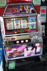 中古タイヤ市場 相模原店自販機コーナーのレトロなアーケードゲーム機ルパン不二子ちゃんスロットマシーン