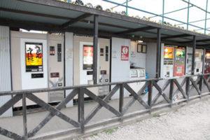レトロ自販機がずらーっと並ぶ、中古タイヤ市場相模原店 自販機コーナー