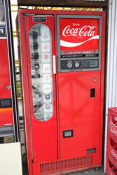 瓶ジュースの自販機「コカコーラ」 中古タイヤ市場 相模原店自販機コーナー