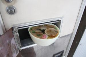 ラーメンの自販機「富士電機麺類自販機 ラーメン」 中古タイヤ市場 相模原店自販機コーナー