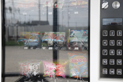 お菓子の自販機 中古タイヤ市場 相模原店自販機コーナー