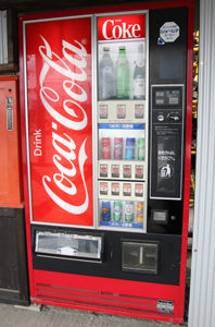 ジュースの自販機 レトロな懐かしいコカコーラ 中古タイヤ市場 相模原店自販機コーナー