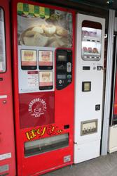 お菓子の自販機「POTATO BOY ポテトボーイ ぽてパリくん」 中古タイヤ市場 相模原店自販機コーナー