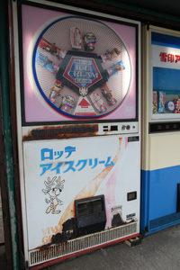 「ロッテアイスクリーム」の自販機 中古タイヤ市場 相模原店自販機コーナー